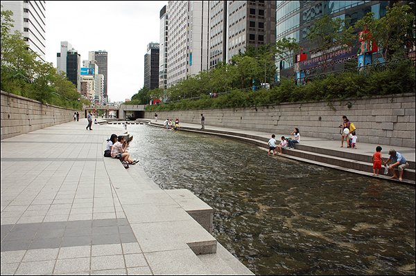 Barren Cheonggyecheon with little green on the sides.