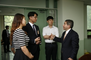 Ogan Gurel of Samsung Electronics speaks with students at Asia Institute seminar.