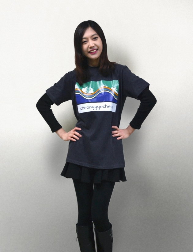 The Cheongyecheon T-shirt uses traditional Korean colors in a representation of the ecological elements of the river which defined the city of Seoul since the 14th century.